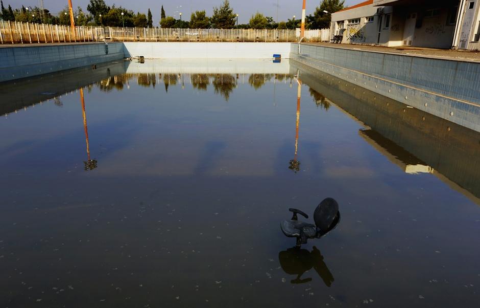 奧運村裡的游泳池,泳客只有一張電腦椅。圖片來源:路透社