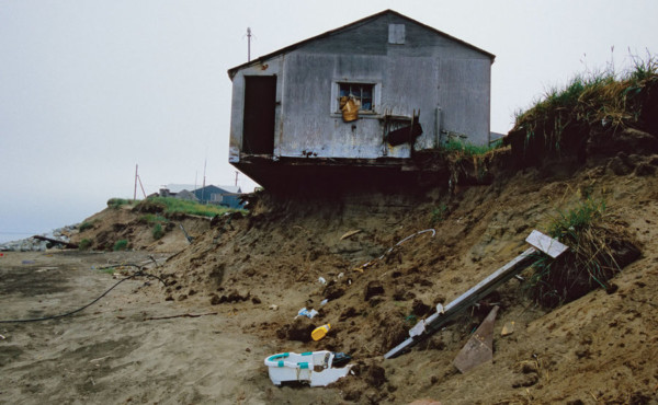 嚴重的海水侵蝕,令不少房屋失陷倒塌。圖片來源:Gary Braasch
