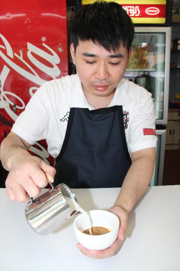 經救世軍培訓後,阿健掌握了沖調咖啡和拉花技術。