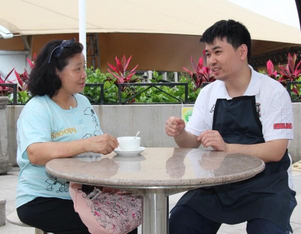 看見阿健變得自信、有朝氣,媽媽(左)深感安慰,支持他努力發展專長。