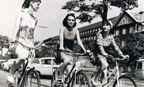 50 年代哥本哈根正在踩單車的夏日少女。 圖片來源:丹麥官方網頁Denmark.dk