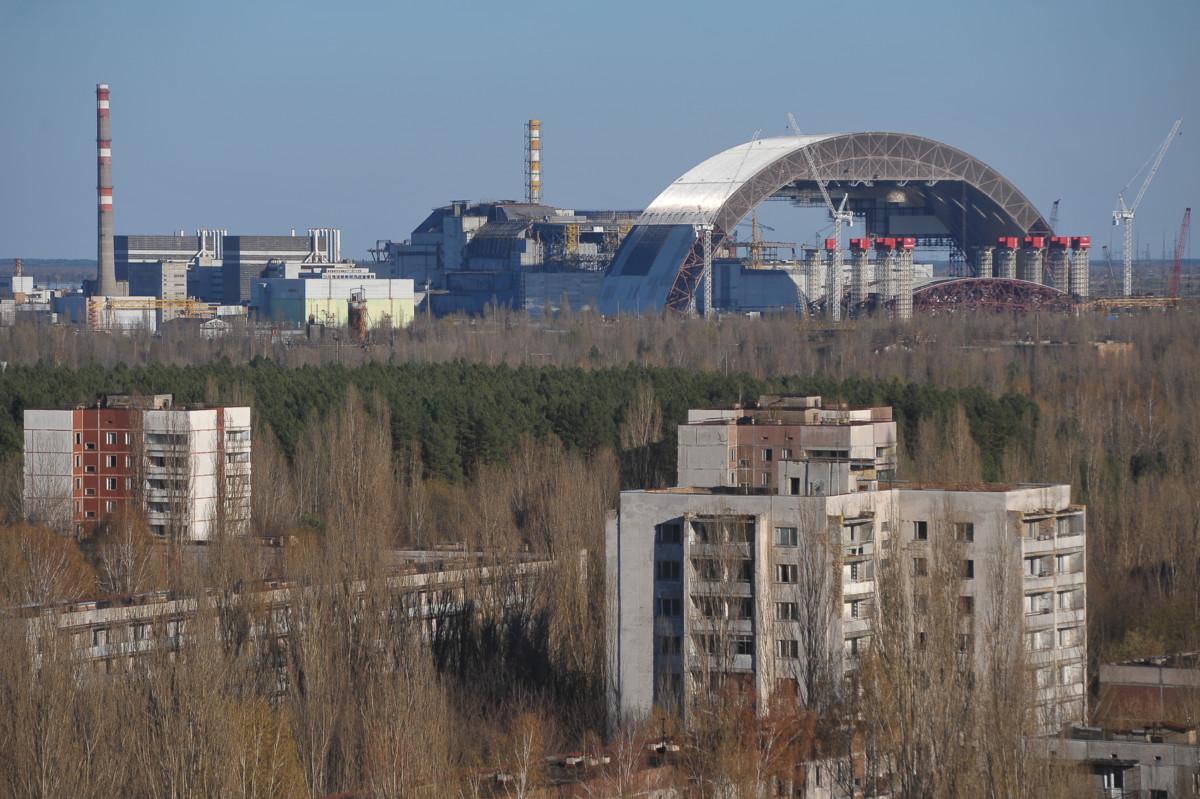核災發生後,核電廠附近的 2600 平方公里被劃為禁區,不可正常發展農業和工業。核電廠4號反應堆原址正興建新石棺水泥圍牆。 圖片來源:iStock