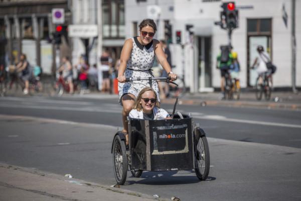 在荷蘭和丹麥,單車已成生活出行的一部分,以單車載貨載人亦是等閒事。 圖片來源:iStock