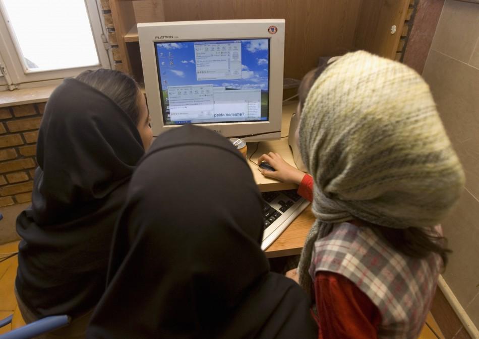 iranian-schoolgirls-chat-online-internet-cafe