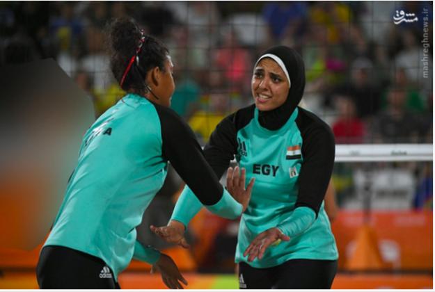 圖左的德國比堅尼沙排女選手被伊朗媒體模糊化處理。 圖片來源:mashregh news