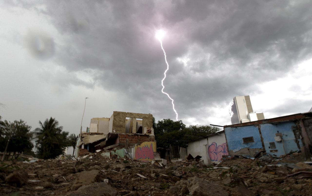 至於巴西奧運,不用等到閉幕才看到敗瓦,在里約近郊就可見這些貧民窟。 圖片來源:路透社
