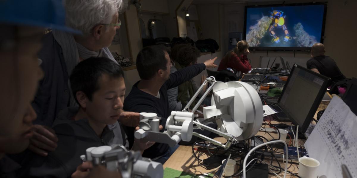 研究團隊身處艇內,利用觸覺反饋的操縱桿,遙控在水深 100 米的 OceanOne,執行尋寶任務。圖片來源:DRASSM