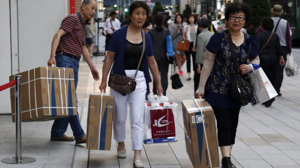 有意見指,大陸物價與質素不成正比,導致高消費族群流失海外,到日本爆買。 圖片來源:路透社