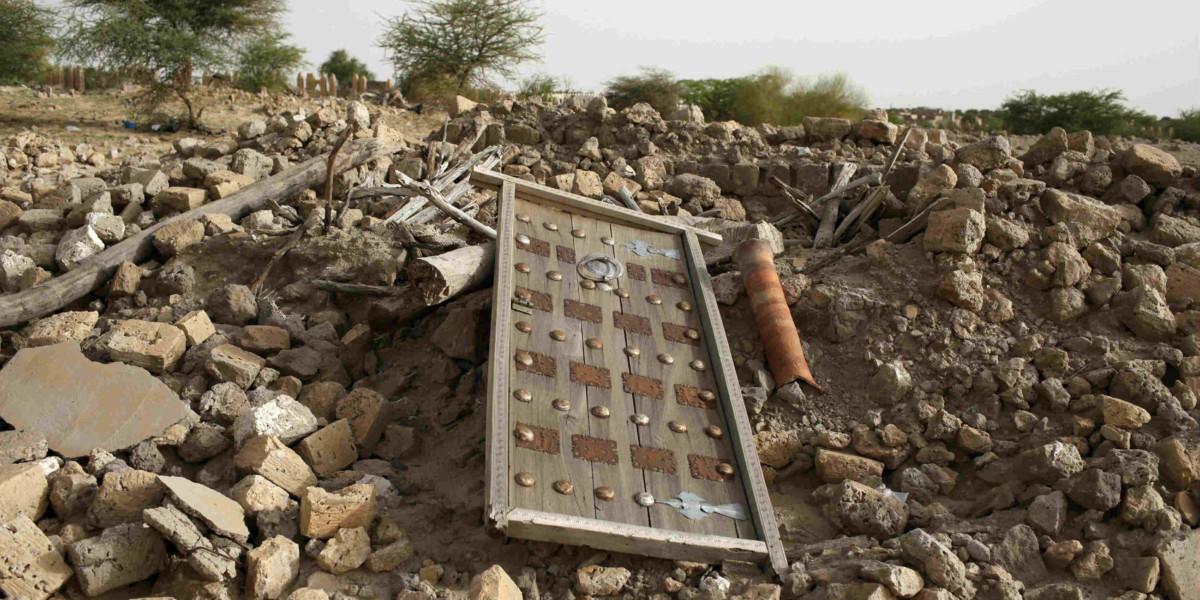 在伊斯蘭激進分子毀壞後,位於廷巴克圖的古代陵園成一片瓦礫。(圖片來源:路透社)