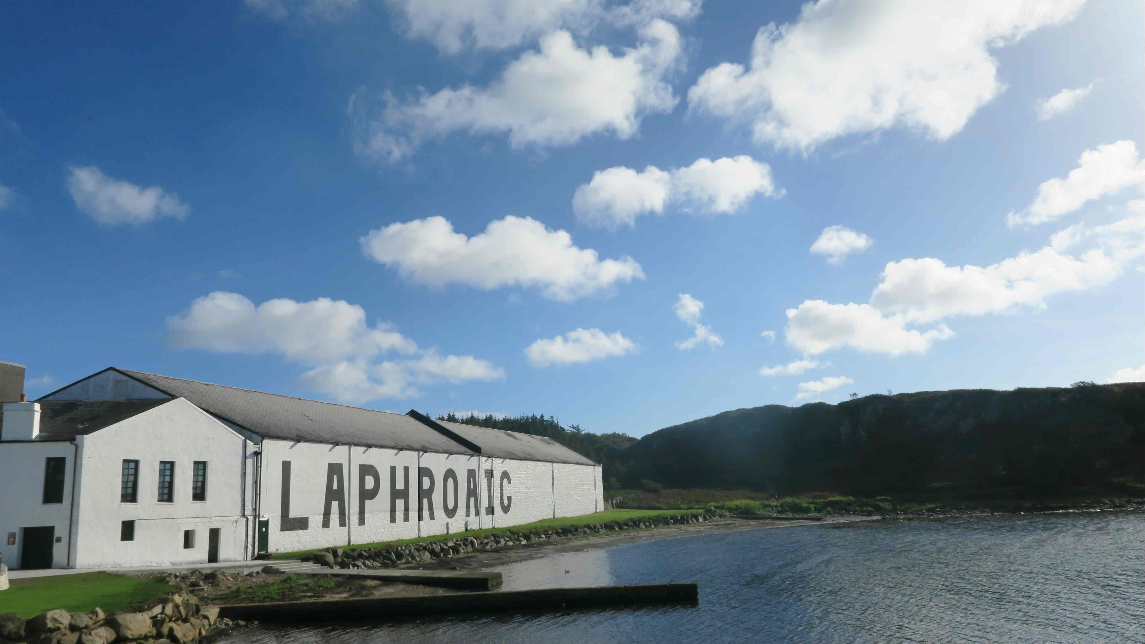 漆上品牌的全白酒窖建築,可說是艾雷島蒸餾廠的經典建築設計,在已往依靠船運的年代,白底黑字的醒目外牆讓船在遠遠已經看見酒廠。