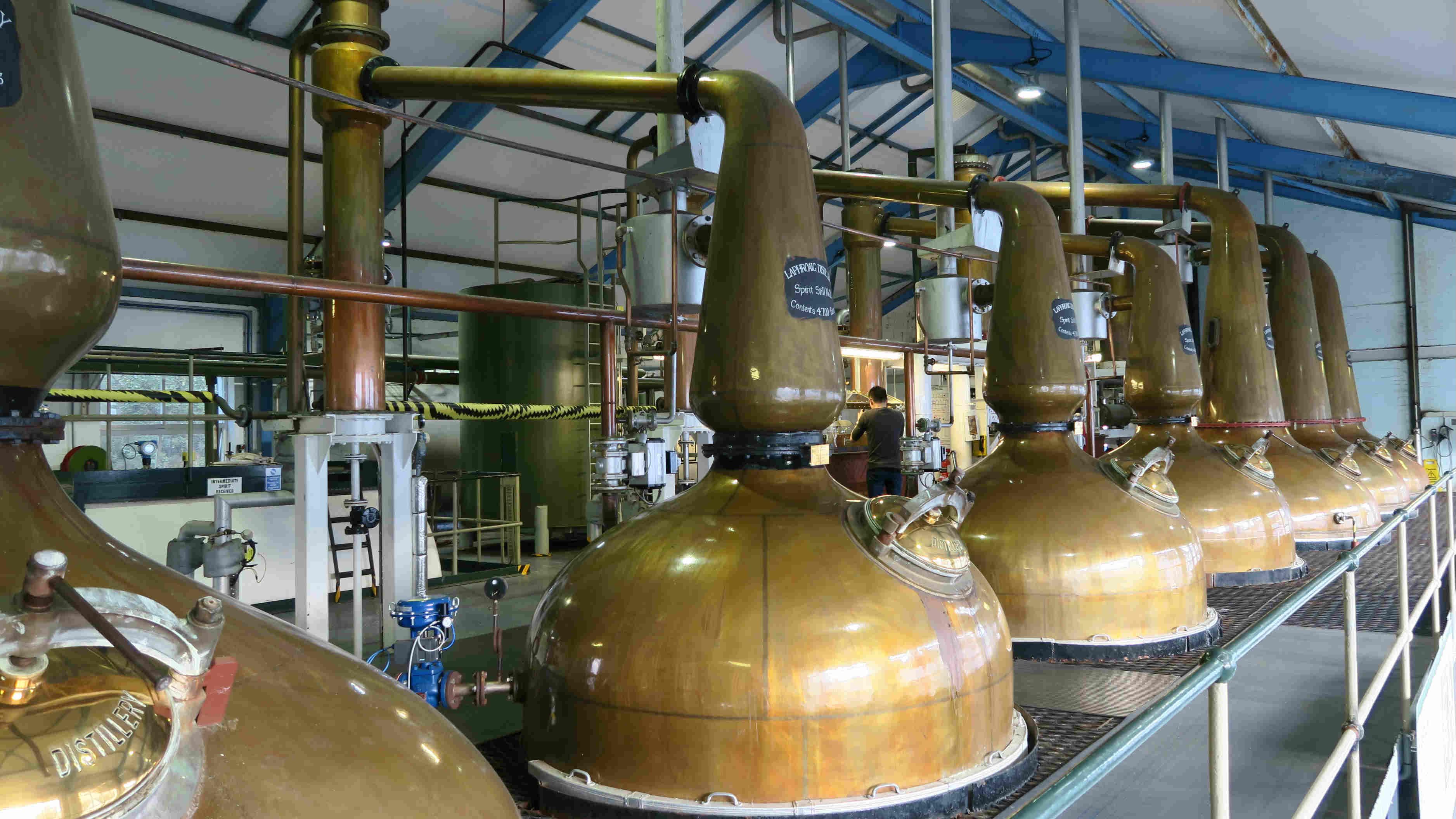 Laphroaig 的 7 個蒸餾器,前面的是 Spirit Still(負責第二次蒸餾),後面是 Wash Still(負責第一次蒸餾)。