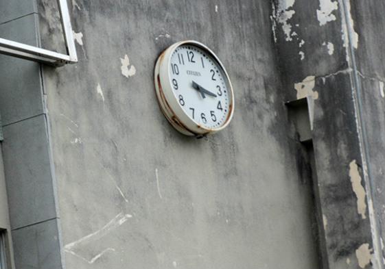 牆上的時鐘早已停頓,彷彿整座樓都被困於震災之中。圖片來源:自民黨大阪府議會議員團