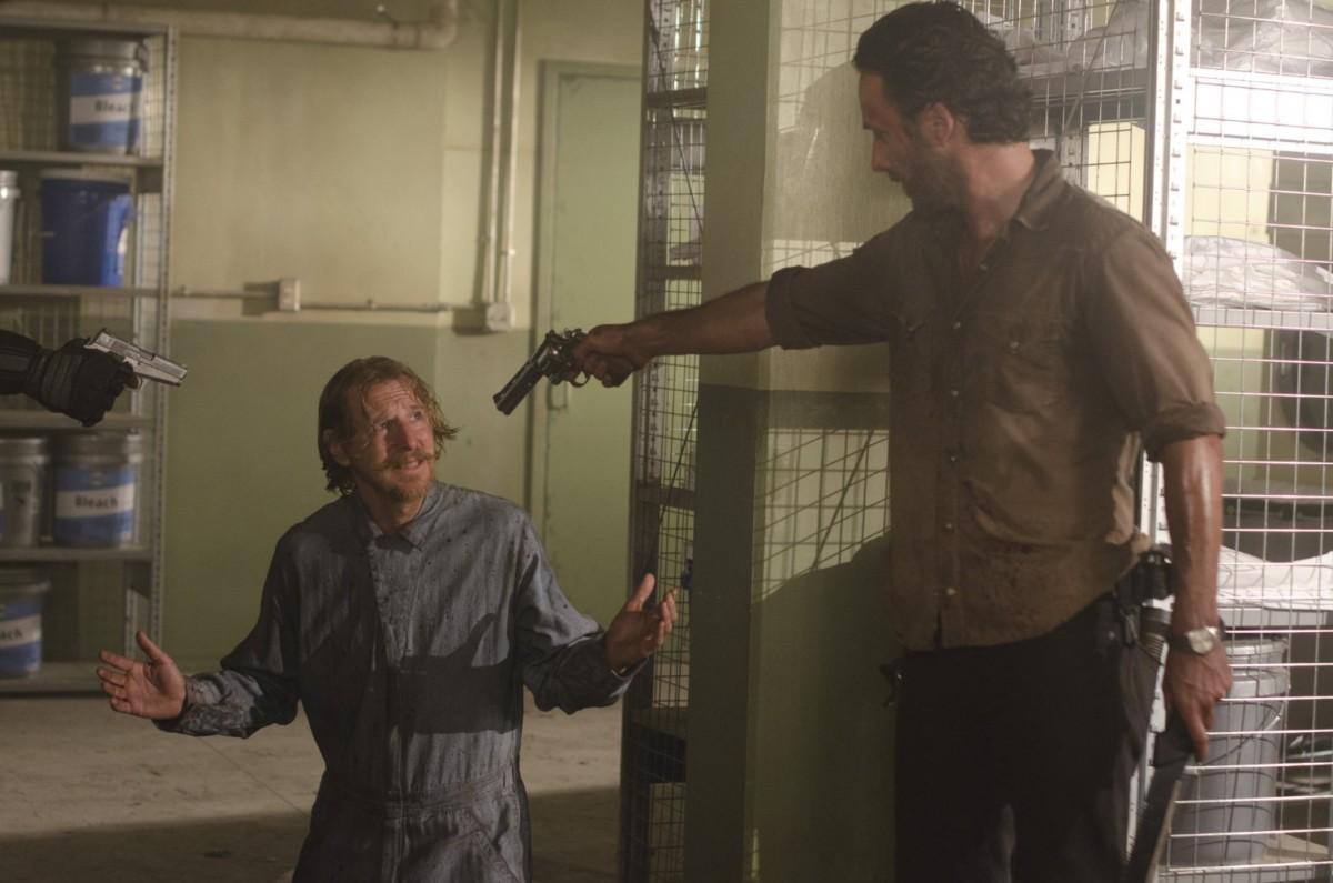 The Walking Dead 劇照,圖中 Rick 意圖殺死一名強調自己沒有惡意的獄卒。圖片來源:IMDb