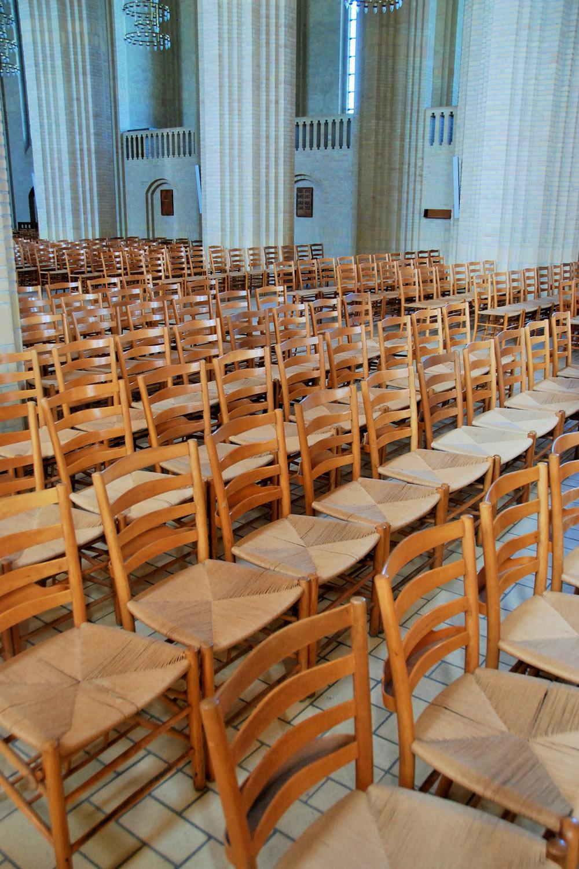 有別於一般教堂內的長櫈,聖殿內整齊排滿一張張出自 Kaare Klint 之手的 Church Chair