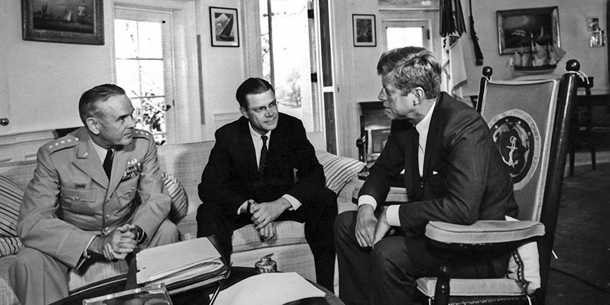 甘迺迪甫上任總統,即從福特汽車延攬 Robert McNamara 出任國防部長。 圖片來源:Abbie Rowe