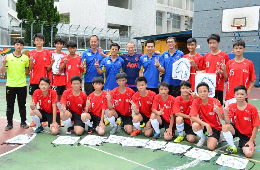 透過足球運動,偉廉(前右二)學會團隊精神的重要。