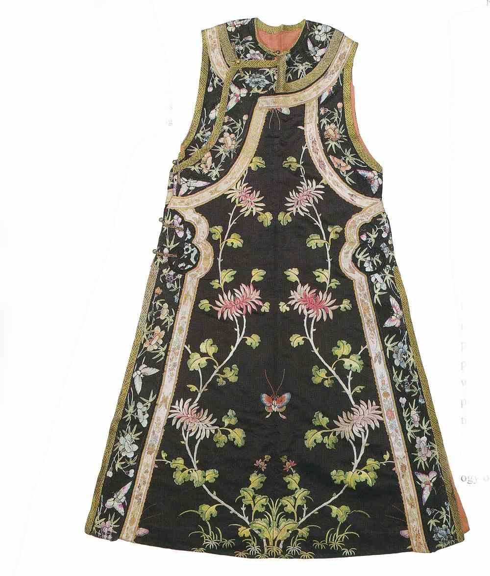 緞地刺绣菊花蝴蝶纹褂襴。圖片來源:中國絲綢博物館