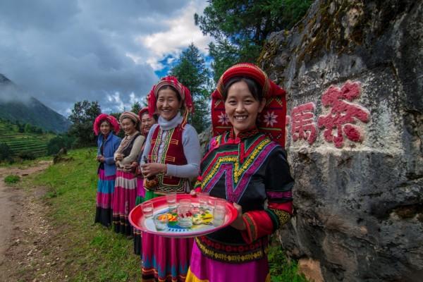 村民生態旅遊合作社婦女小組在村口迎接客人。