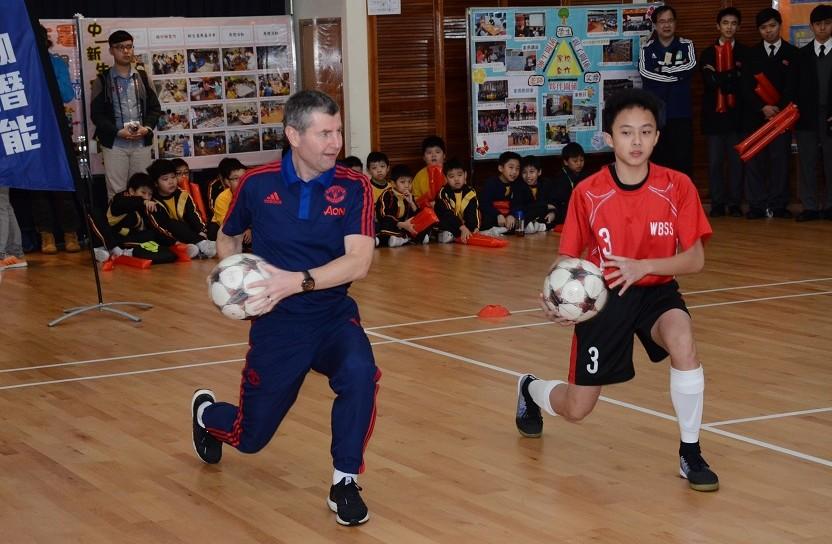 曼聯球星艾雲(左)於2016年3月到訪學校,與校隊交流切磋。