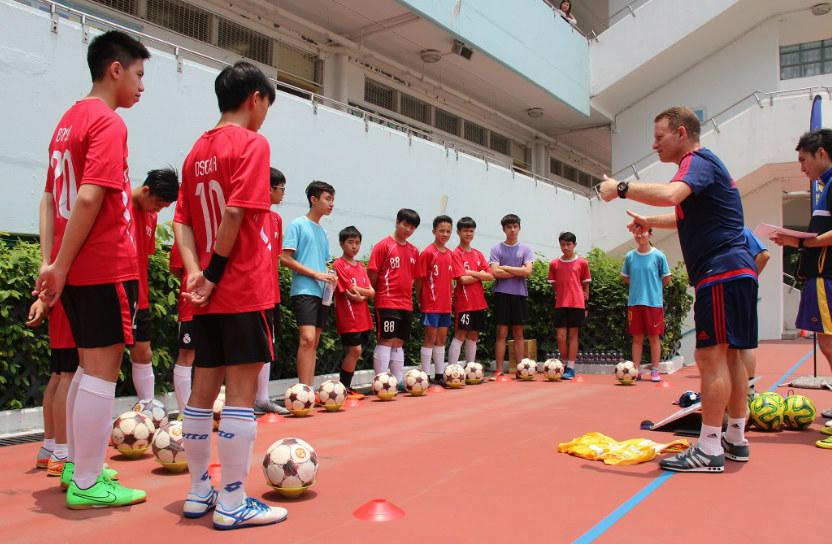 學校加入賽馬會學界足球發展計劃,引入曼聯式足球訓練。