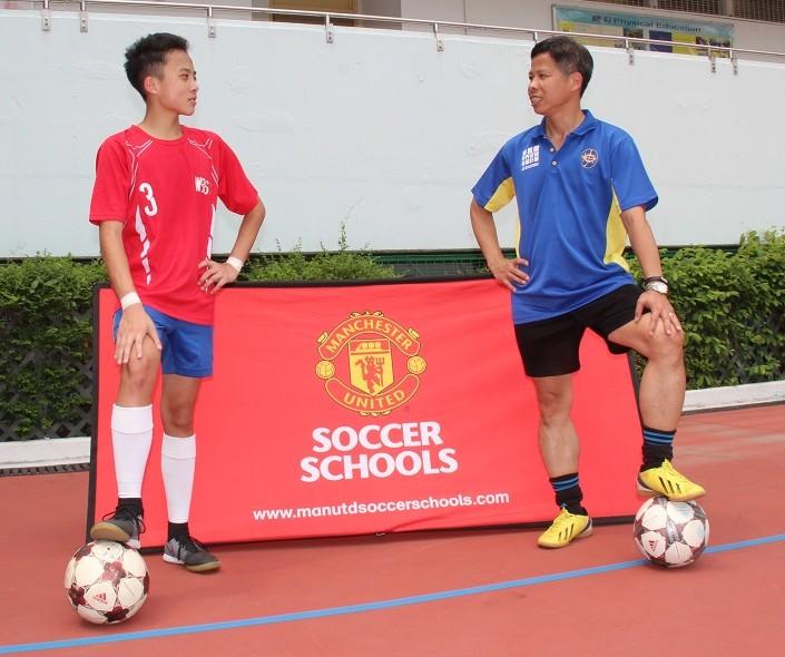 救世軍卜維廉中學的洪校長(右)自言年輕時,跟偉廉(左)一樣夢想成為球星。