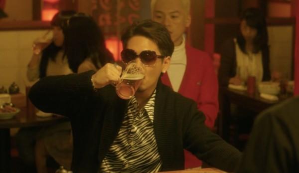 日劇裡,經常會見到主角到居酒屋喝啤酒、吃串燒。啤酒是他們生活的一部分。 /日劇「寬鬆世代又如何」劇照