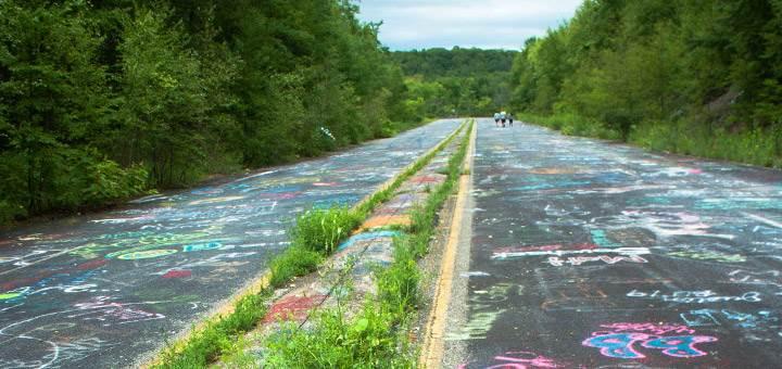 出入 Centralia 的公路,路面全是遊人用粉筆塗上的塗鴉,包括「前有屍體」和「 Centralia 必勝」。