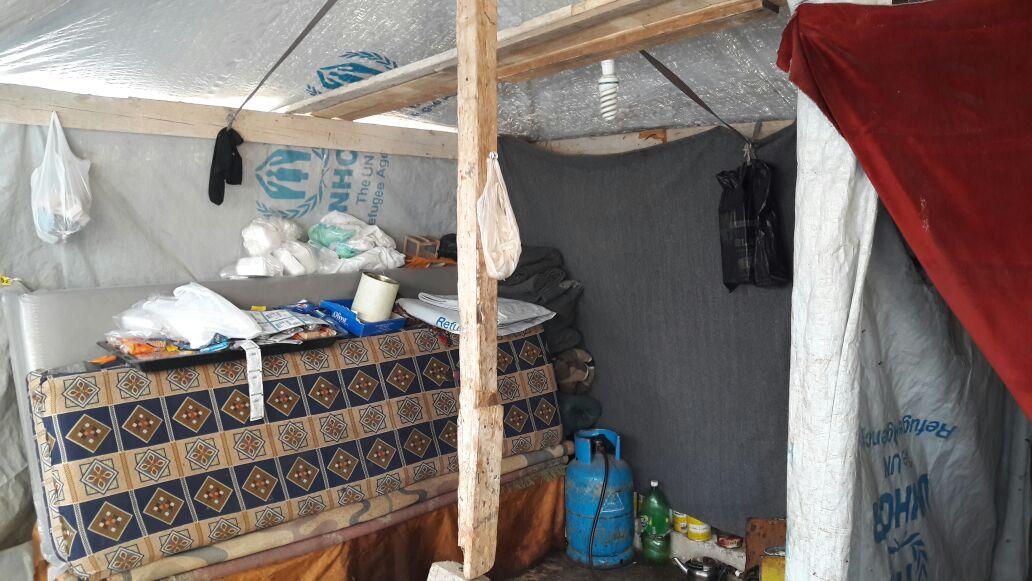 敍利亞人用防水帆布和現成木材搭成帳篷,裡面擺放了基本生活及煮食用具。©Oxfam
