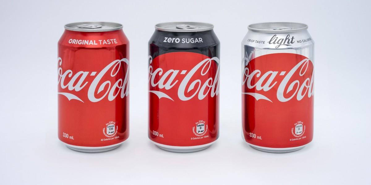 可口可樂新的包裝以「紅色圓點標誌」為重要主,罐身保留可口可樂沿用的搶眼紅色,罐口分別以明顯的顏色加以區辨:紅色為原味、黑色為零系、銀色代表健怡。