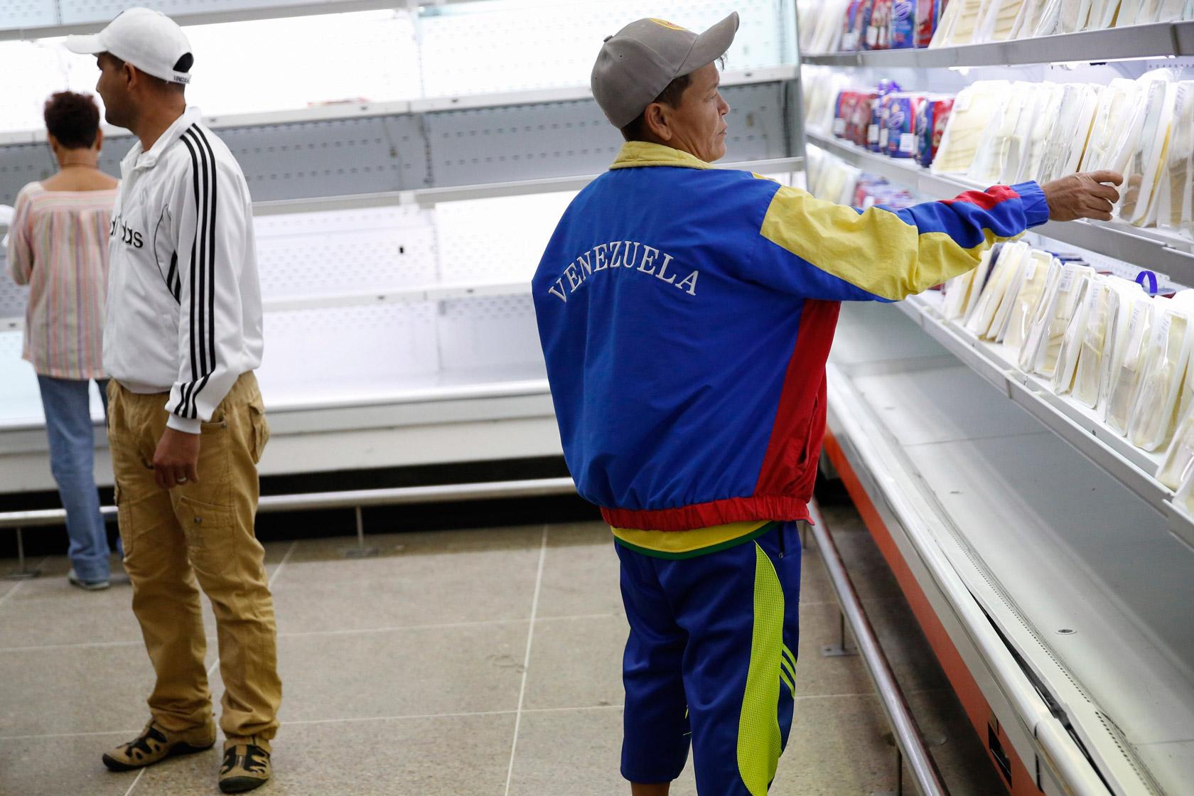 委內瑞拉物資短缺,國營超市的貨架空空如也,但政府堅拒外國援助。圖片來源:路透社