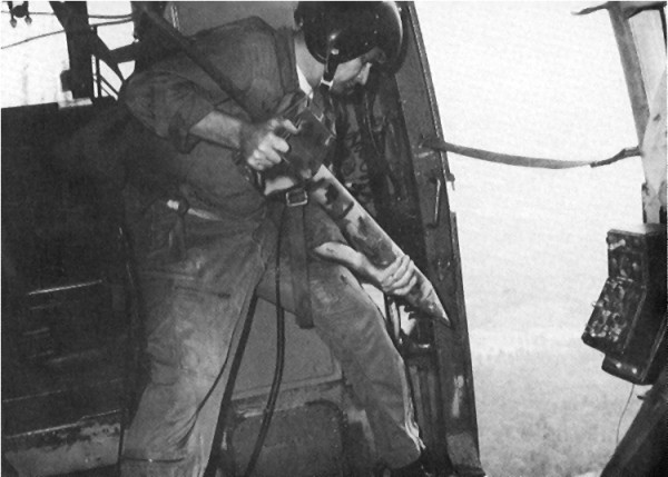 美軍從軍機沿越共路線空投感應器。 圖片來源:維基百科