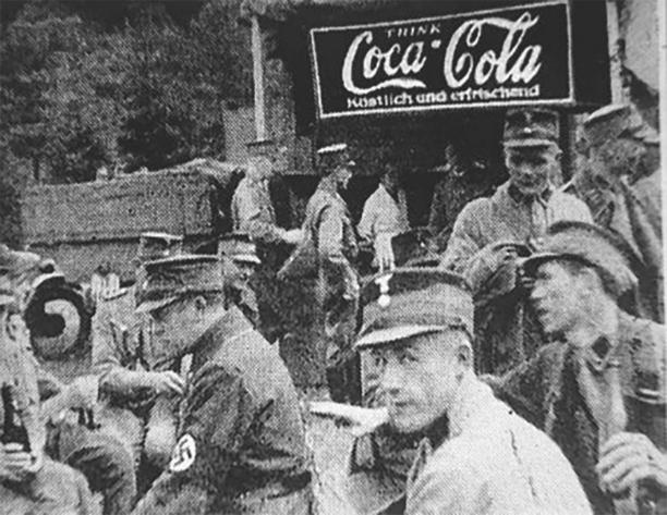 納粹德軍喝可樂喝得津津有味。圖片來源:Reddit