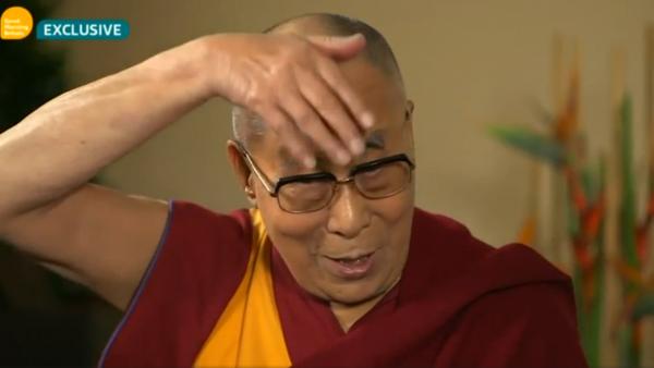 達賴喇嘛日前接受訪問被問及對杜林普的認識,達賴表示其一是杜林普的髮型。 圖片來源:ITV