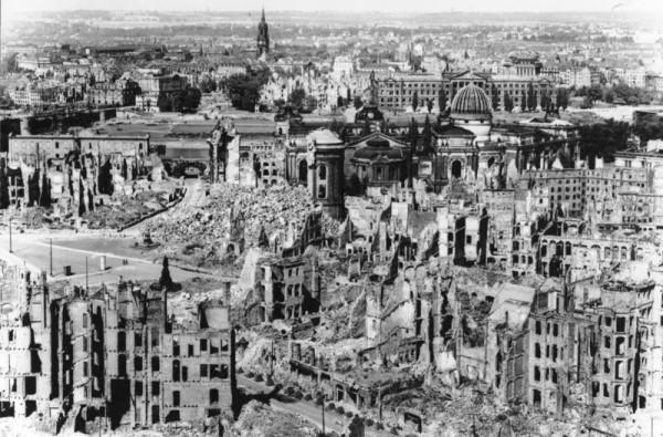德國東部城市德累斯頓在二戰中遭空襲後,破敗不堪。圖片來源:Wikipedia