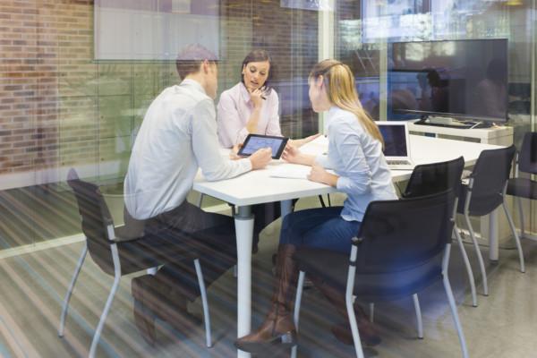 很多白領仍有觀念,要齊坐會議室內,當面將工作交代清楚,方能成事。