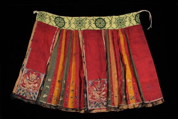 清代紅底滾黃邊女用馬面裙 圖片來源:國立臺灣史前文化博物館