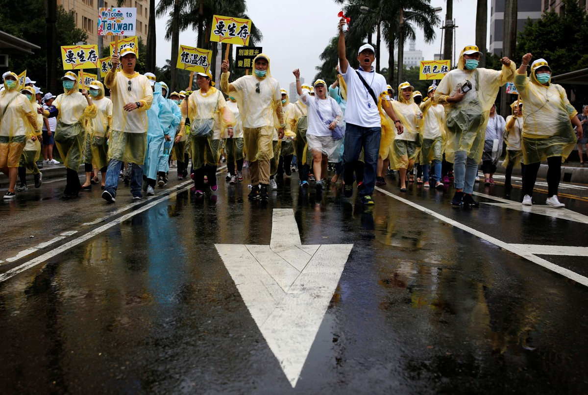 Representatives of Taiwanese tourism industry take part in a march calling for the government to tackle the falling number of Chinese tourists visiting the island since the independence-leaning Democratic Progressive Party leader Tsai Ing-wen took office, in Taipei, Taiwan September 12, 2016. REUTERS/Tyrone Siu