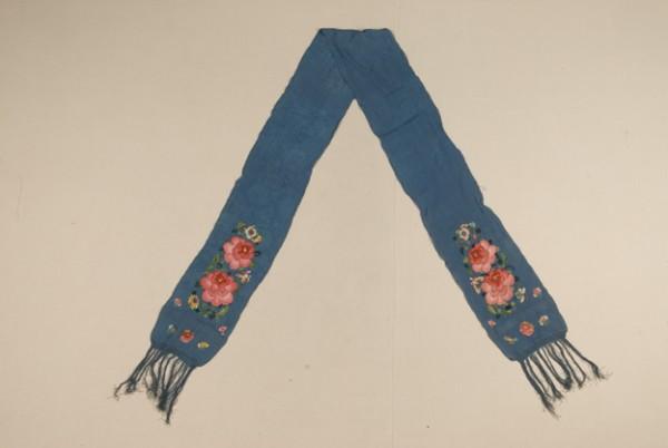 清代藍色縐綢彩繡花蝶圍巾 圖片來源:中國絲綢博物館