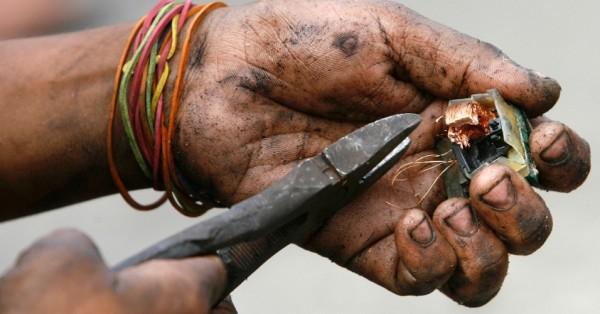 不少人徒手觸拆解手機等電子垃圾,提取金屬變賣,但往往被有毒物質傷害身體,因而賠上健康。圖片來源:路透社