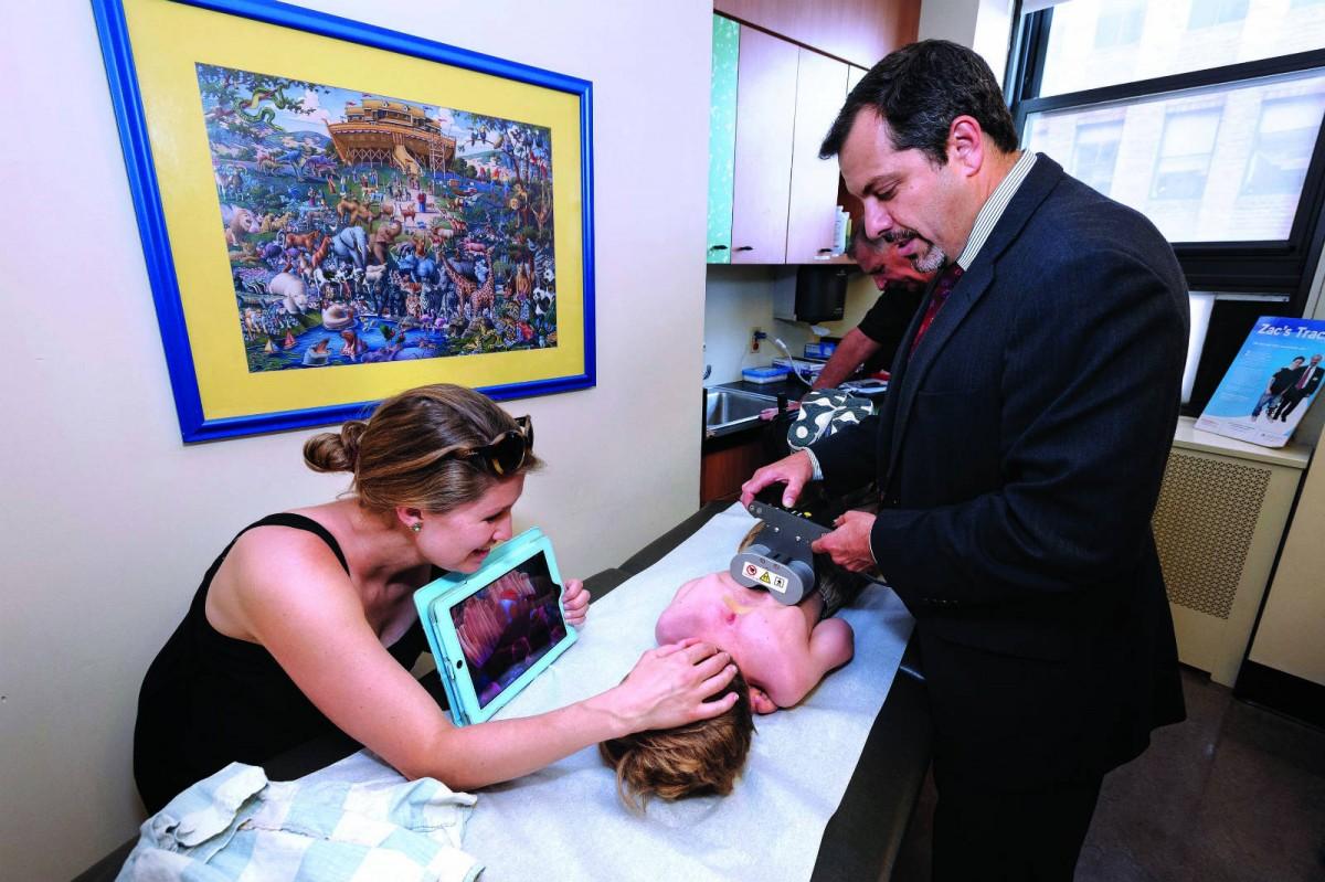 小童脊柱側彎患者在接受一次植入手術後,利用磁力便可在外部延長矯型管,調整需時只大約為 15 分鐘。 圖片來源:Columbia University