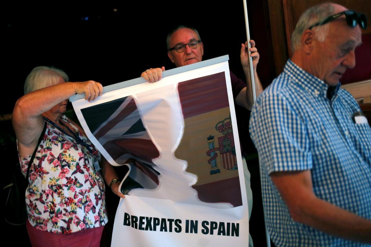 一批長居西班牙的英國公民出席脫歐座談會,了解如何「轉會」成為西國公民。 圖片來源:路透社