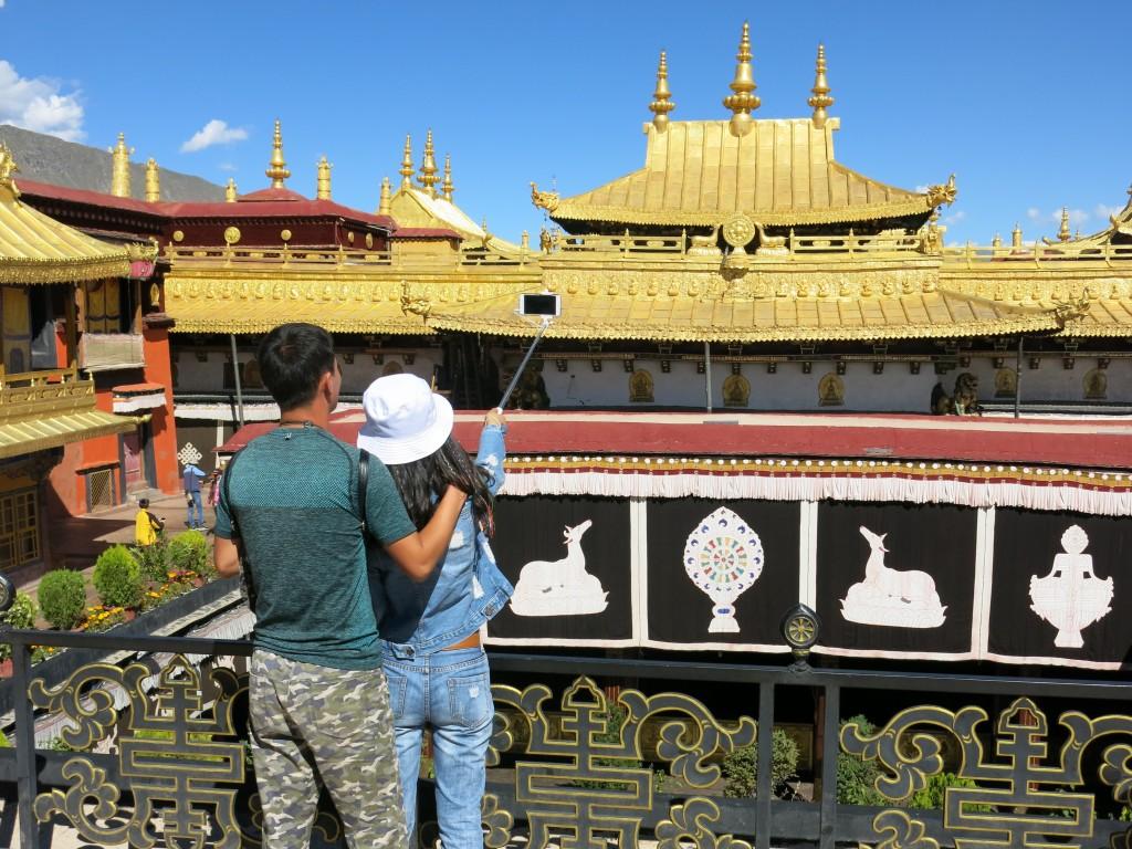 神聖的大昭寺內,不時可見自拍棍「出沒」。圖片來源:路透社