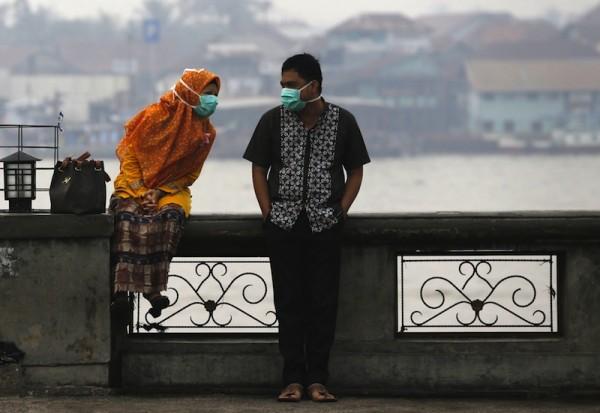 一旦修法,未婚男女為明哲保身,談情時可能也要保持距離。圖片來源:路透社