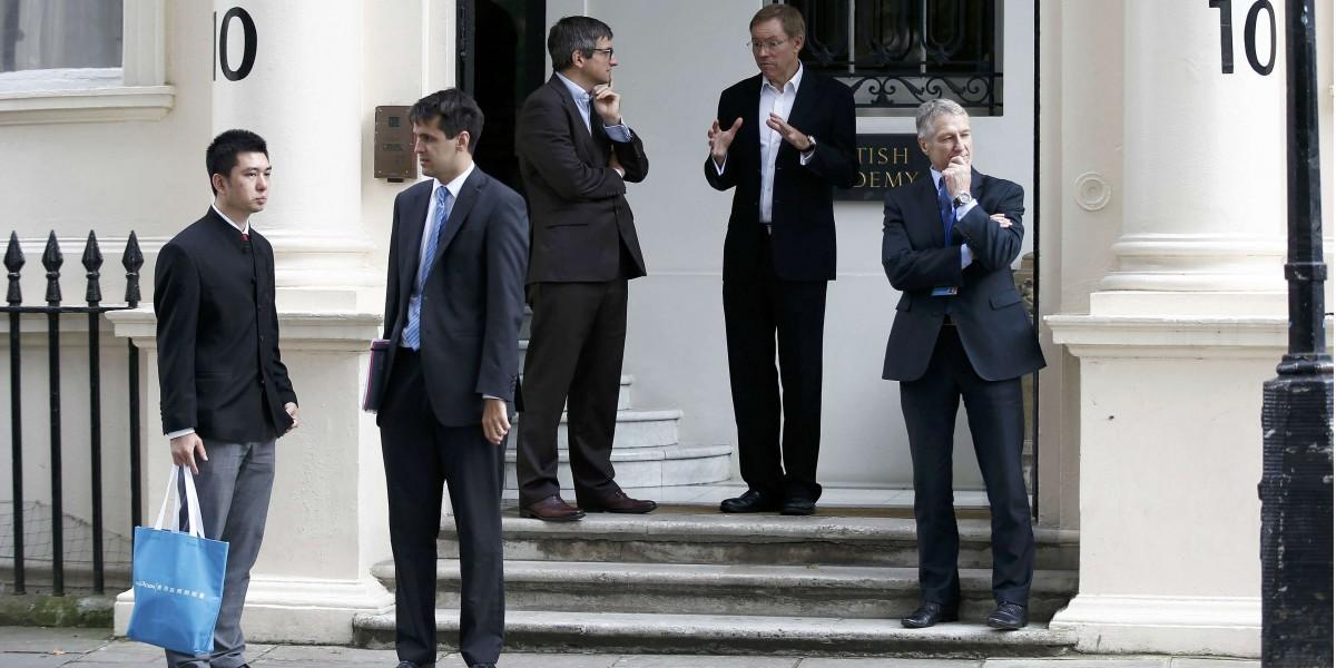 英、法、中三方在 10 Carlton House Terrace 門外等候簽約(圖片來源:reuters)。