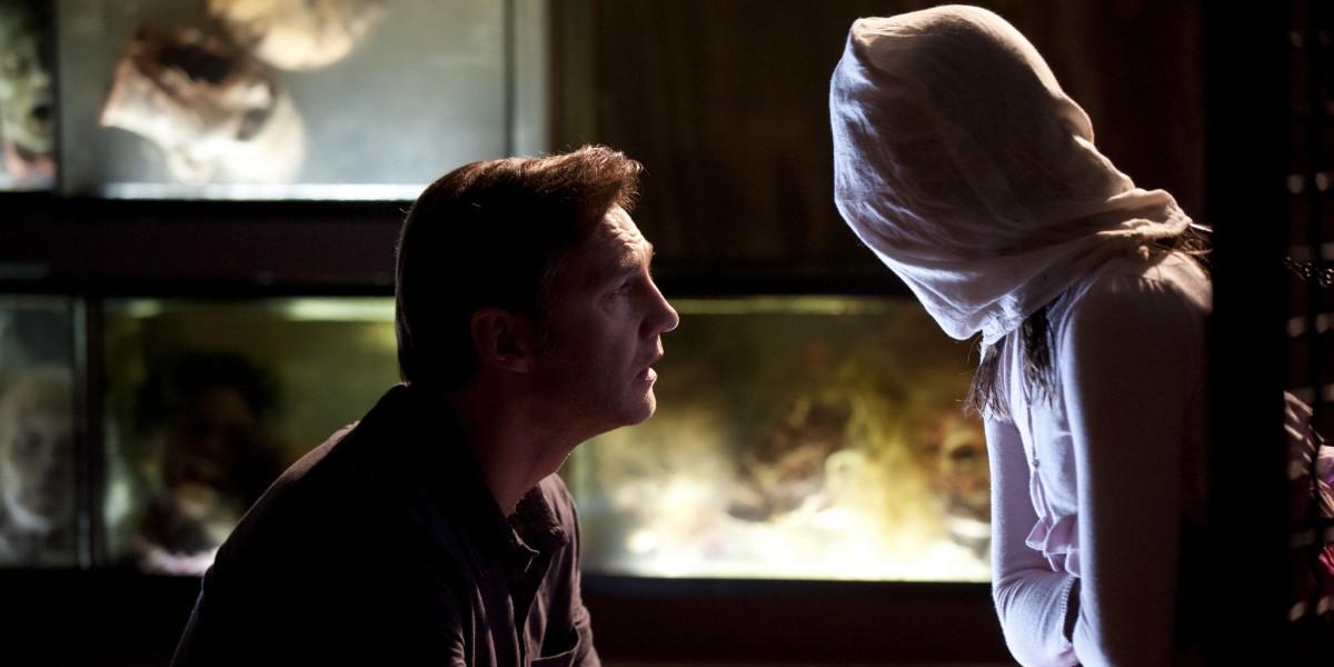 在美劇 The Walking Dead 中,governor 的女兒不幸變成喪屍,但對於他來說,他女兒並沒有死去,只是以另一種形式活著,因此不願殺死她,並把她關起來養著。