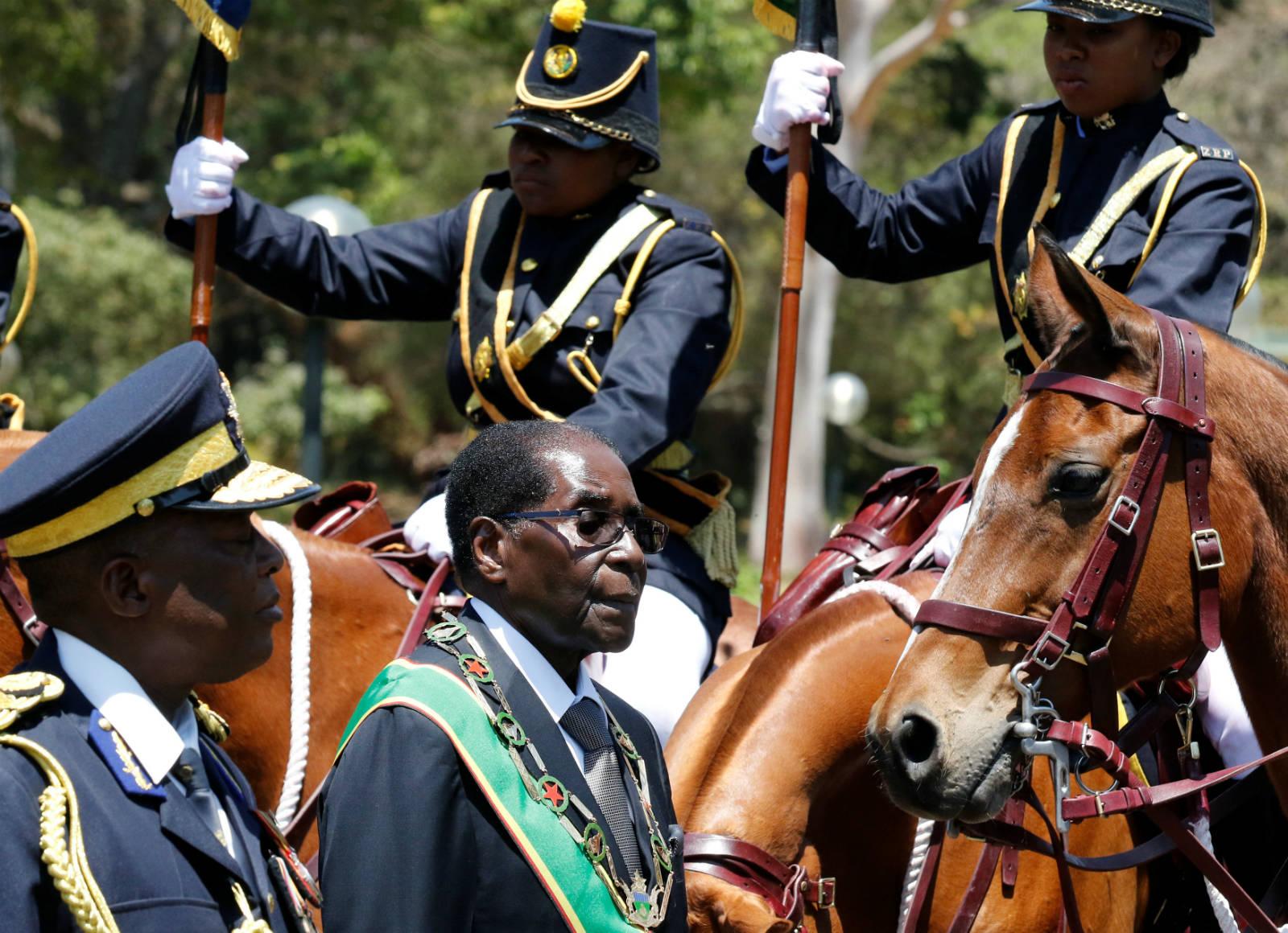 政治及經濟前景未明,津巴布韋國民最信任的還是把錢留在身上,大多國民囤積外幣,或將之帶到國外,致使津國無現金可用。 圖片來源:路透社