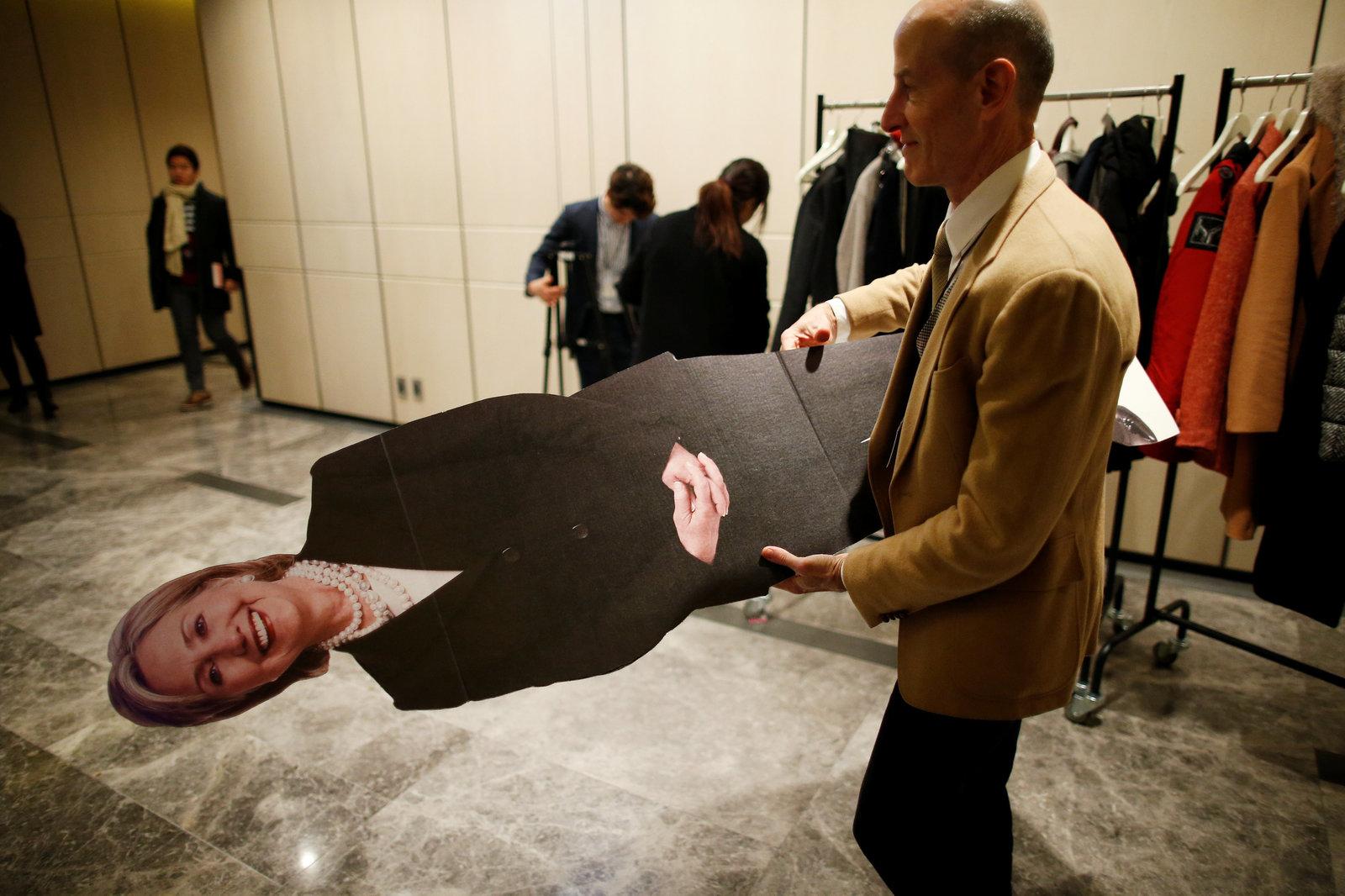 希拉莉落敗後,其紙板公仔被「抬」離大選直播會場。未知會被送去回收,抑或直接丟進焚化爐。圖片來源:路透社