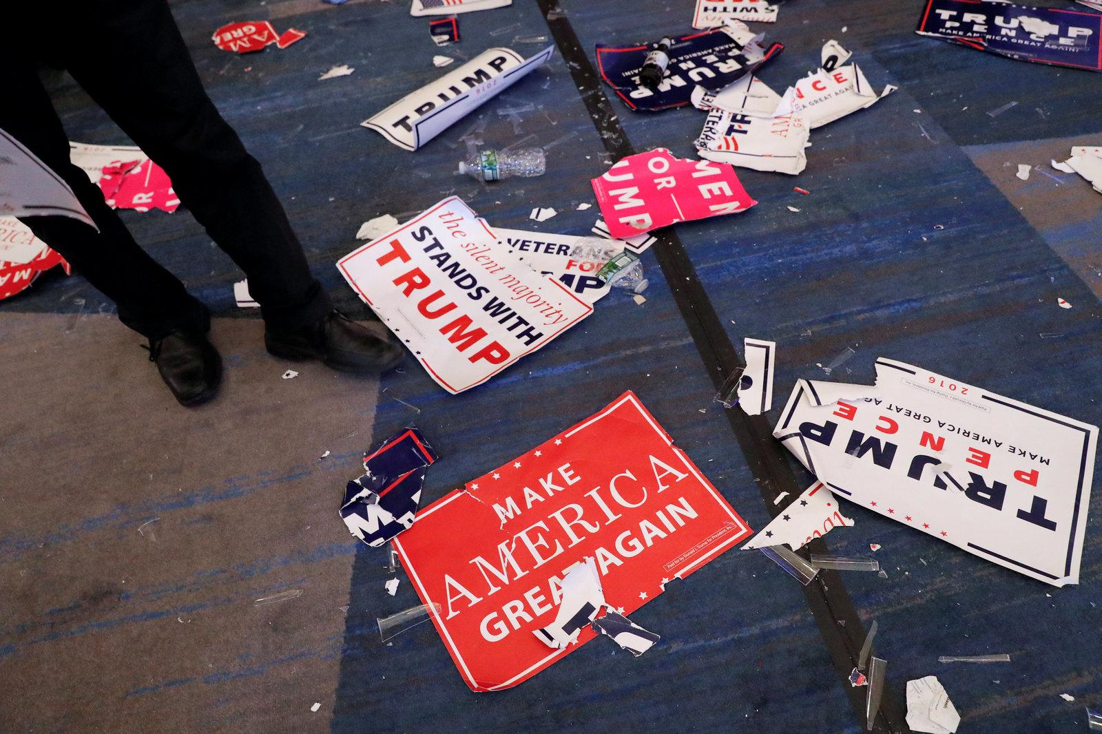 在紐約曼克頓,杜林普的支持者集會結束,標語頓成廢紙,散落一地,任人踐踏。圖片來源:路透社