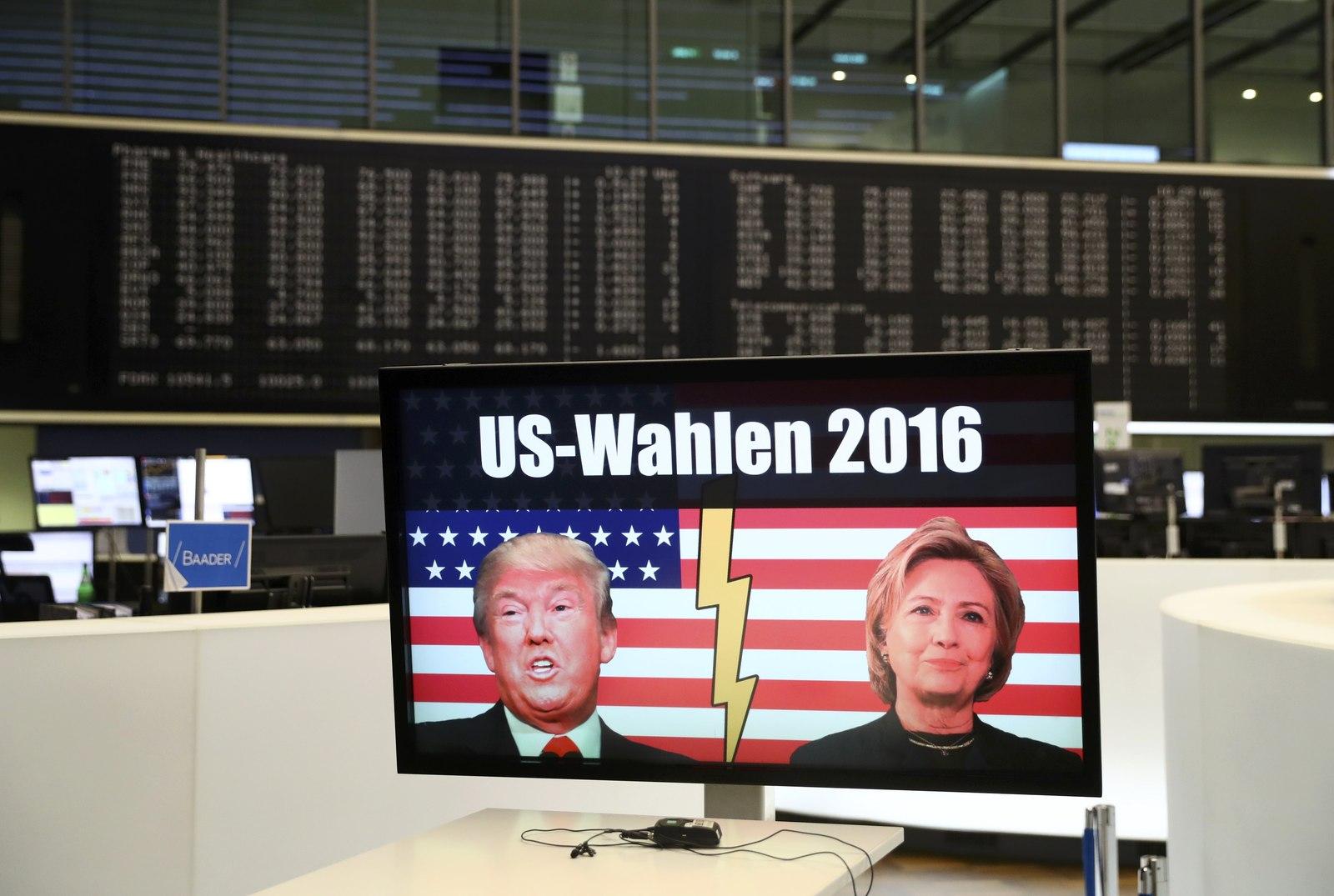 在德國法蘭克福股票交易所,有電視屏幕顯示,美國大選結果公布後。股市隨即下跌。圖片來源:路透社