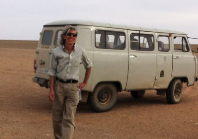 牛津大學地理學家 Troy Sternberg 於戈壁沙漠。 圖片來源:紐約時報